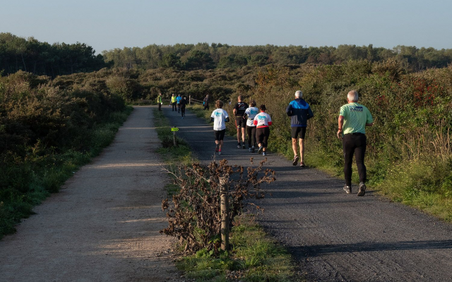lopers in Zwinduinen tijdens Early Bird Run